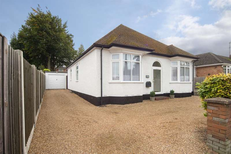 3 Bedrooms Detached Bungalow for sale in West Street, Dunstable, Bedfordshire