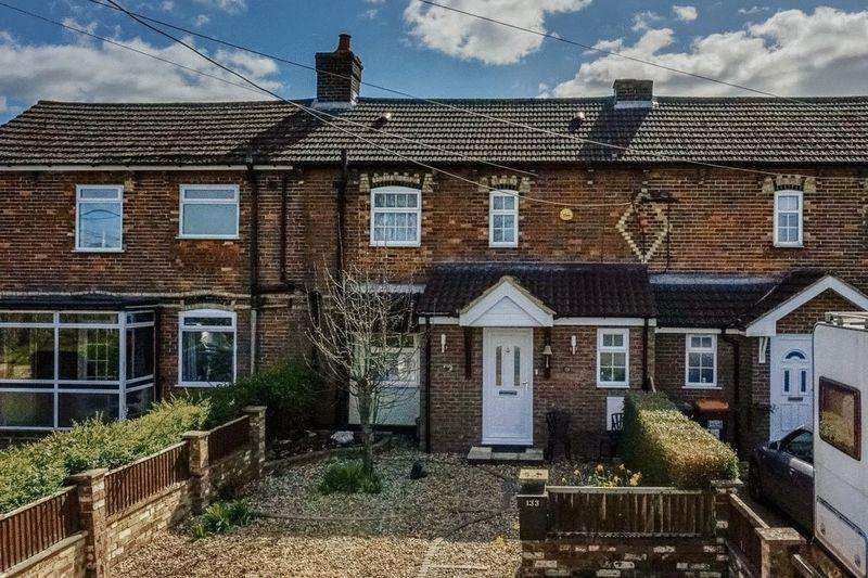 2 Bedrooms Terraced House for sale in Caddington Village Out Skirts