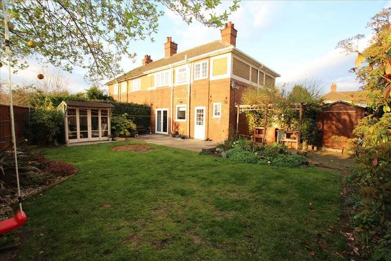 3 Bedrooms Semi Detached House for sale in The Dells, Biggleswade, SG18