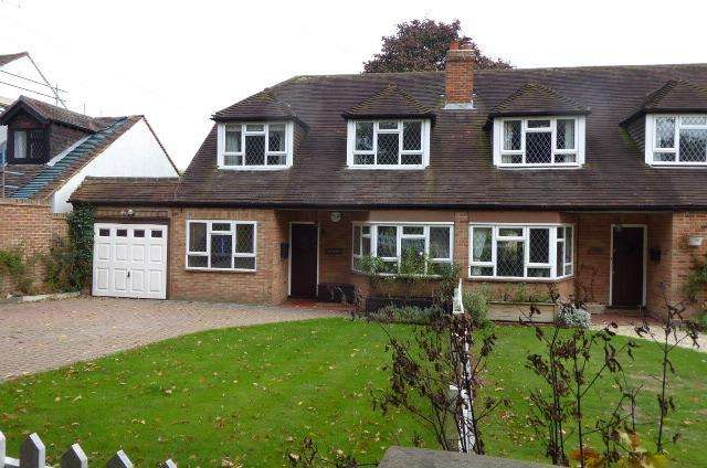 3 Bedrooms Semi Detached House for rent in KNOWL HILL, MAIDENHEAD RG10