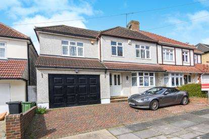 4 Bedrooms Semi Detached House for sale in Harold Park, Romford, Havering