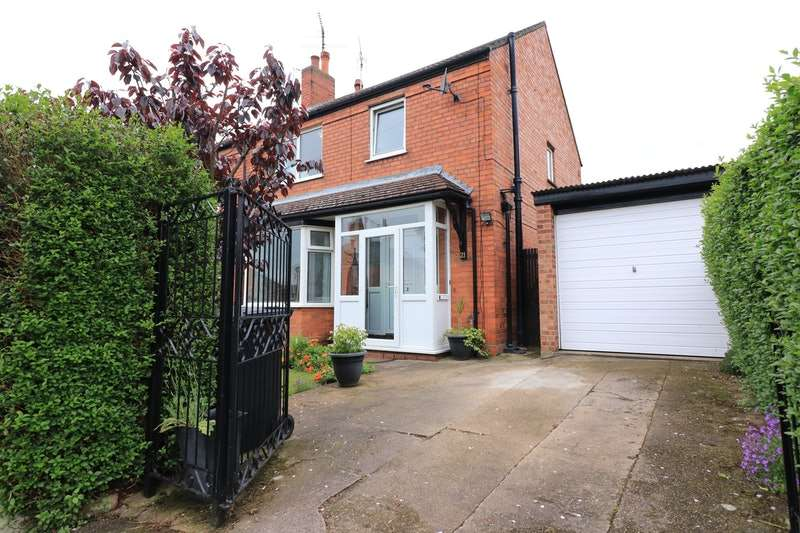3 Bedrooms Semi Detached House for sale in Bathurst Street, Lincoln, Lincolnshire, LN2