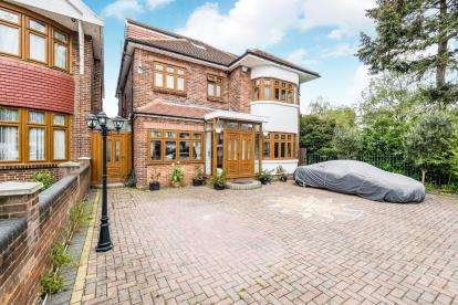 4 Bedrooms Detached House for sale in Clayhall, Ilford, Essex