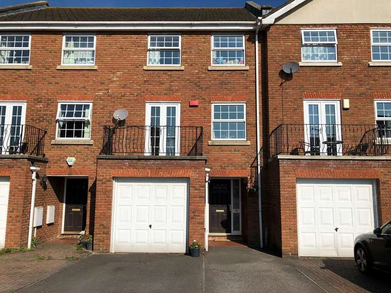 4 Bedrooms Town House for sale in Blunden Drive, Slough, SL3