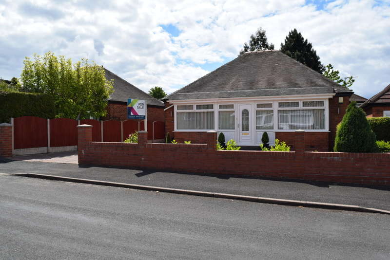 2 Bedrooms Detached Bungalow for sale in Leaside Avenue, Chadderton