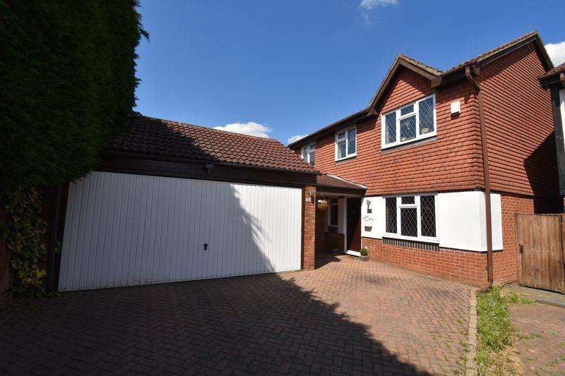 4 Bedrooms Detached House for sale in The Magpies.