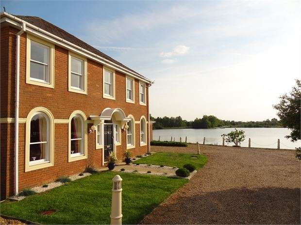4 Bedrooms Detached House for sale in Sheerwater, Watermead, Aylesbury, Buckinghamshire. HP19 0FS