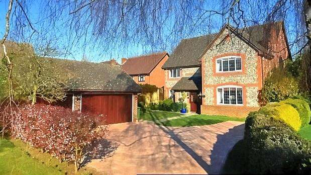 5 Bedrooms Detached House for sale in Northumberland Gardens, Bickley, BR1