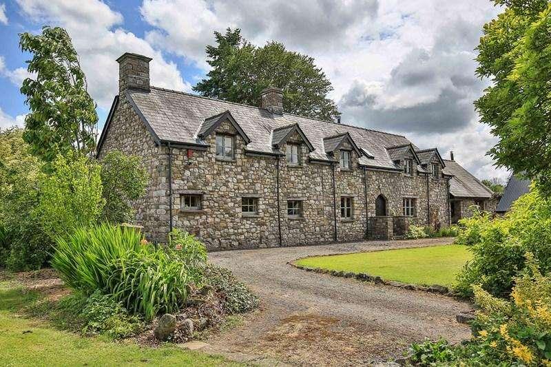 5 Bedrooms Detached House for sale in Penperlleni, Pontypool