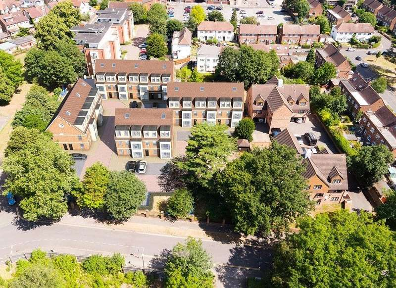 2 Bedrooms Flat for sale in Shaftesbury Court, 18 Chalvey Park, Slough, SL1