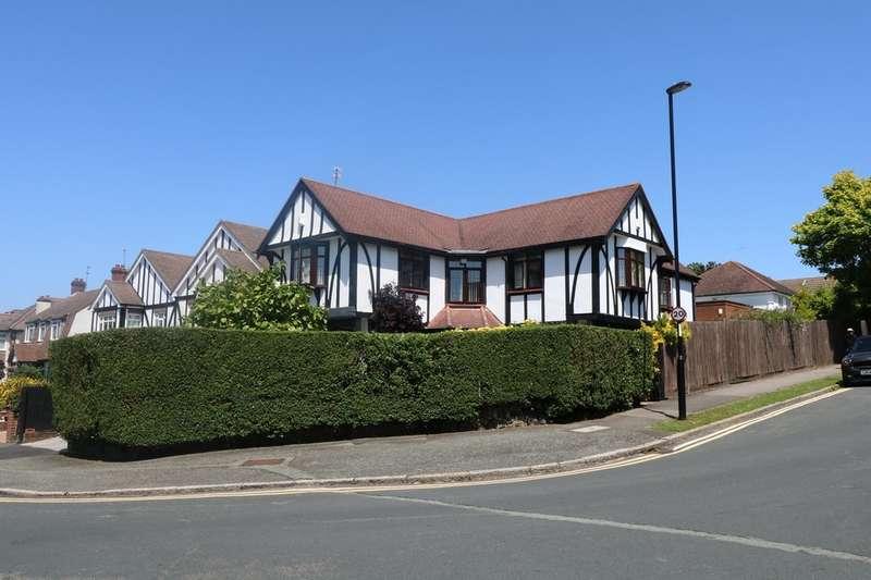 5 Bedrooms Detached House for sale in Sanderstead Court Avenue, South Croydon