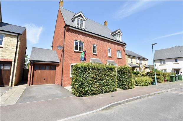 3 Bedrooms Town House for sale in Greenacre Way, Bishops Cleeve, GL52