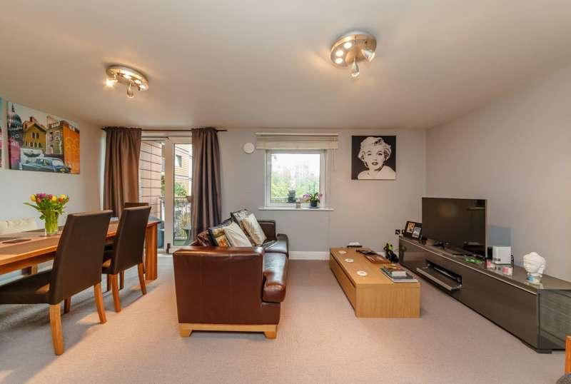 2 Bedrooms Flat for sale in Holland Gardens, Brentford, TW8 0BG