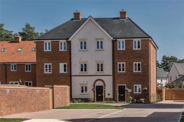 4 Bedrooms Terraced House for sale in Oakham Park, Old Wokingham Road, Crowthorne