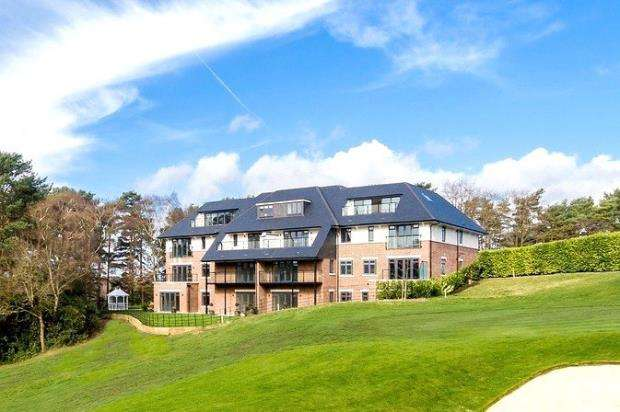 3 Bedrooms Apartment Flat for sale in Golf Drive, Camberley, Surrey