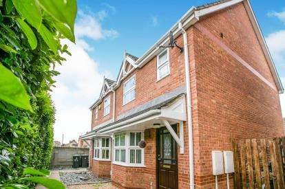 3 Bedrooms Semi Detached House for sale in Hitchin Street, Biggleswade, Bedfordshire, England