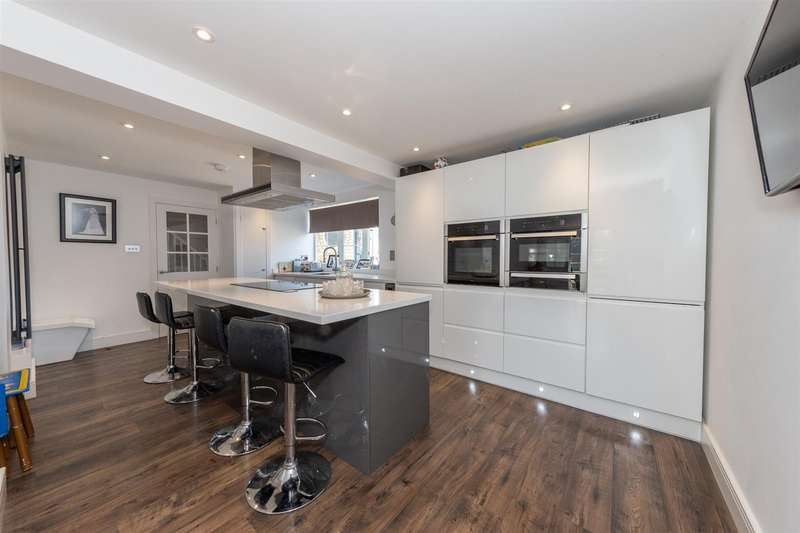 5 Bedrooms Semi Detached House for sale in Tarnside Close, Dunstable, Bedfordshire