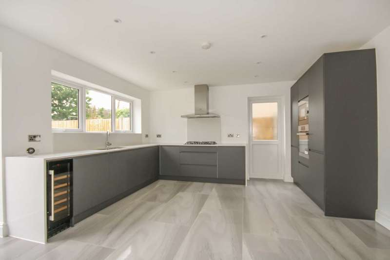 4 Bedrooms Detached House for sale in Caldwell Road, Stanford Le Hope