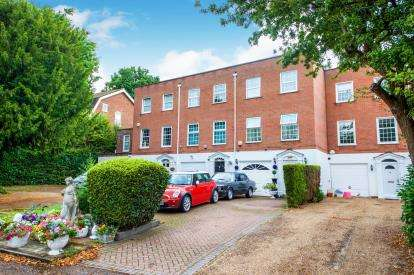 3 Bedrooms Terraced House for sale in Private Road, Enfield