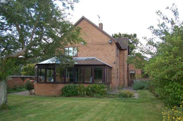 5 Bedrooms Detached House for sale in Kings Lane, Flore, Northampton NN7 4LQ