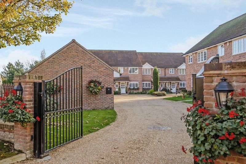 2 Bedrooms Property for sale in Thorpe Village, Surrey, TW20