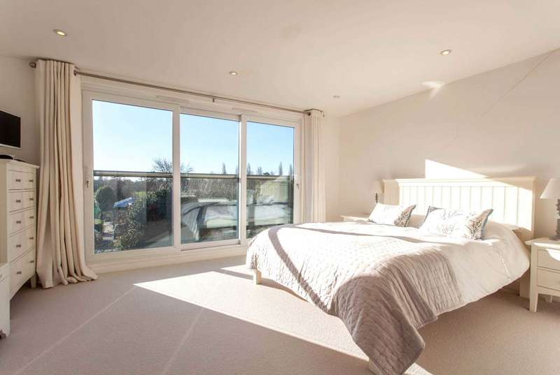 5 Bedrooms Town House for sale in Little Woodcote Close, Caversham Heights