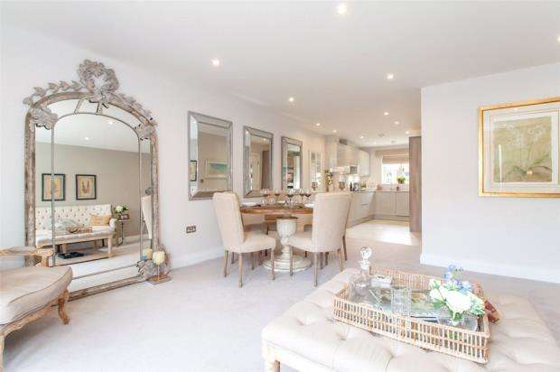 3 Bedrooms Terraced House for sale in Church Street, Crowthorne, Berkshire
