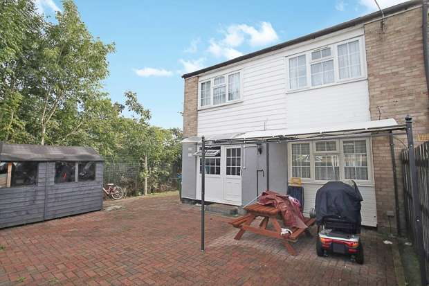 3 Bedrooms Semi Detached House for sale in St Catherines Court, Aylesbury, Buckinghamshire, HP19 7RE