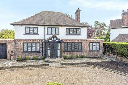 4 Bedrooms Detached House for sale in Meadow Way, Farnborough Park