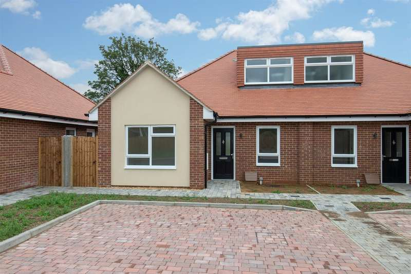 3 Bedrooms Semi Detached Bungalow for sale in St. Lukes Close, Luton