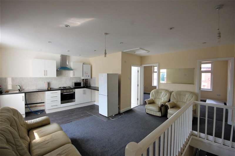 3 Bedrooms Flat for rent in Bolton Road, Radcliffe, Manchester