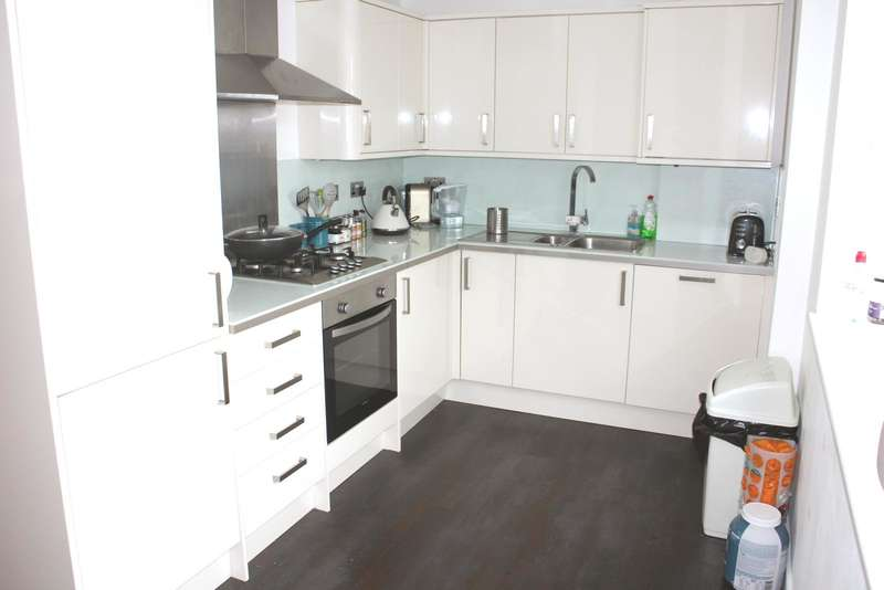 2 Bedrooms Flat for sale in Rayleigh, SS6