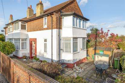 2 Bedrooms Maisonette Flat for sale in Meadow Close, Chislehurst