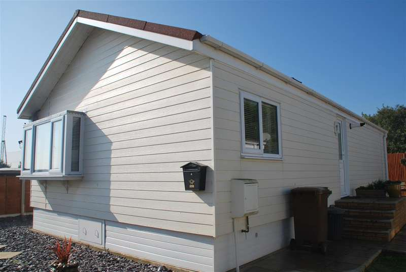 2 Bedrooms Bungalow for sale in WILLOW CLOSE, KINGSMEAD PARK, ALLHALLOWS