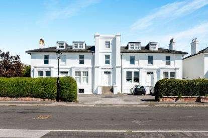 2 Bedrooms Flat for sale in Crescent Road, Alverstoke, Gosport