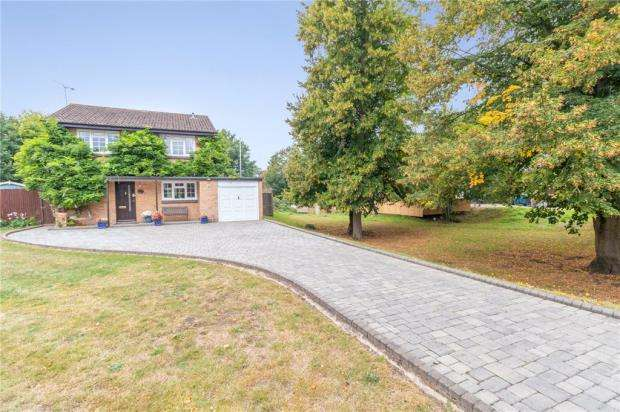 4 Bedrooms Detached House for sale in Ruscombe Gardens, Datchet, Slough