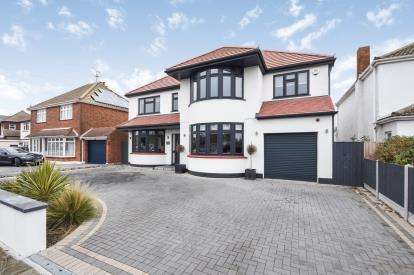 5 Bedrooms Detached House for sale in Backing Golf Course, Thorpe Bay, Essex