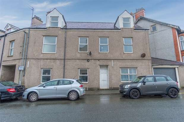 7 Bedrooms Semi Detached House for sale in Maeshyfryd Road, Holyhead, Anglesey