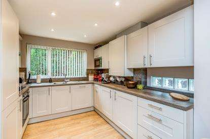 4 Bedrooms Detached House for sale in Tower Drive, Neath Hill, Milton Keynes, Buckinghamshire