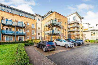 2 Bedrooms Flat for sale in Central Heights, Manhattan Avenue, Watford, Hertfordshire