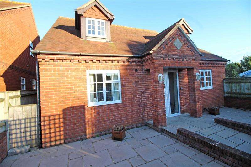4 Bedrooms Detached House for sale in Lawn Road, Milford On Sea, Lymington, Hampshire, SO41