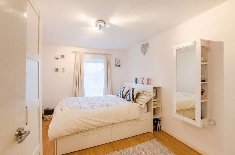 2 Bedrooms Flat for sale in Renfrew Close, Beckton, E6