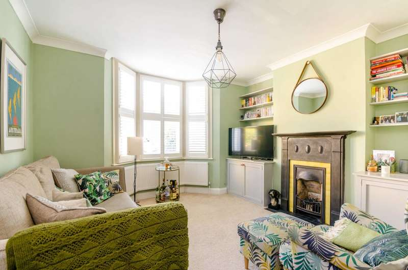 2 Bedrooms Semi Detached House for sale in Browning Road, Bushwood, E11