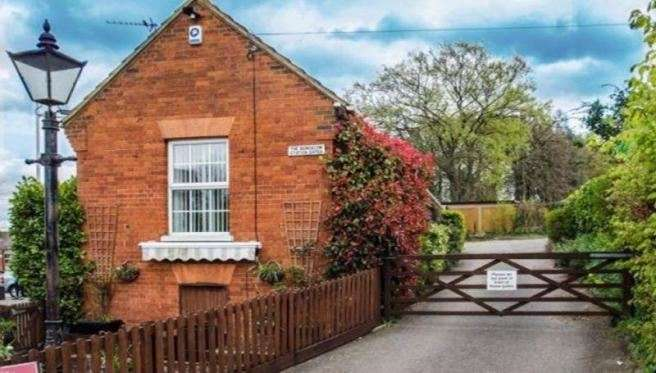 2 Bedrooms Property for sale in Station Terrace, Hitchin, Hertfordshire, SG4 9UN