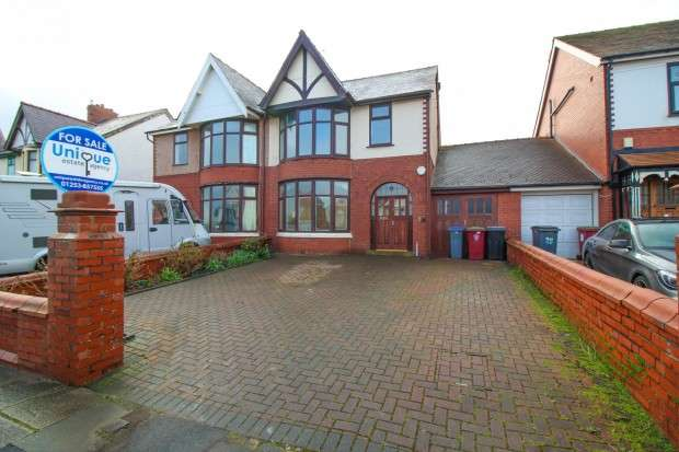 4 Bedrooms Semi Detached House for sale in Guildford Avenue, Blackpool, FY2