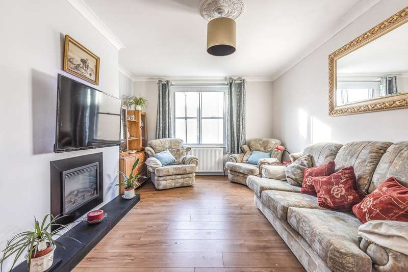 2 Bedrooms Flat for sale in Mullings Court, Cirencester