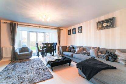 4 Bedrooms Semi Detached House for sale in Design Drive, Dunstable, Bedfordshire