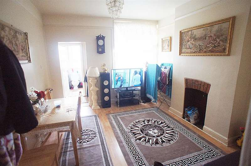 2 Bedrooms Flat for sale in Green Lanes, Palmers Green, London