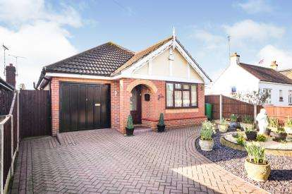 3 Bedrooms Bungalow for sale in Rochford, Essex, .