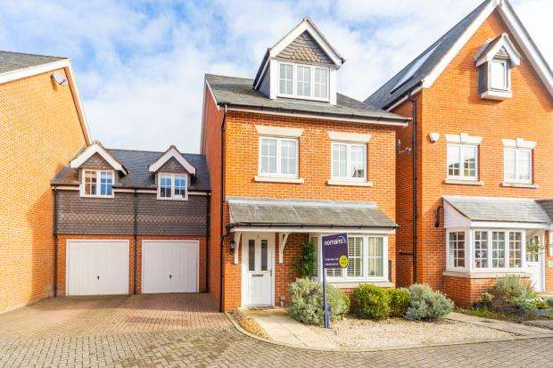 5 Bedrooms Link Detached House for sale in Brackendale Close, Englefield Green, Egham